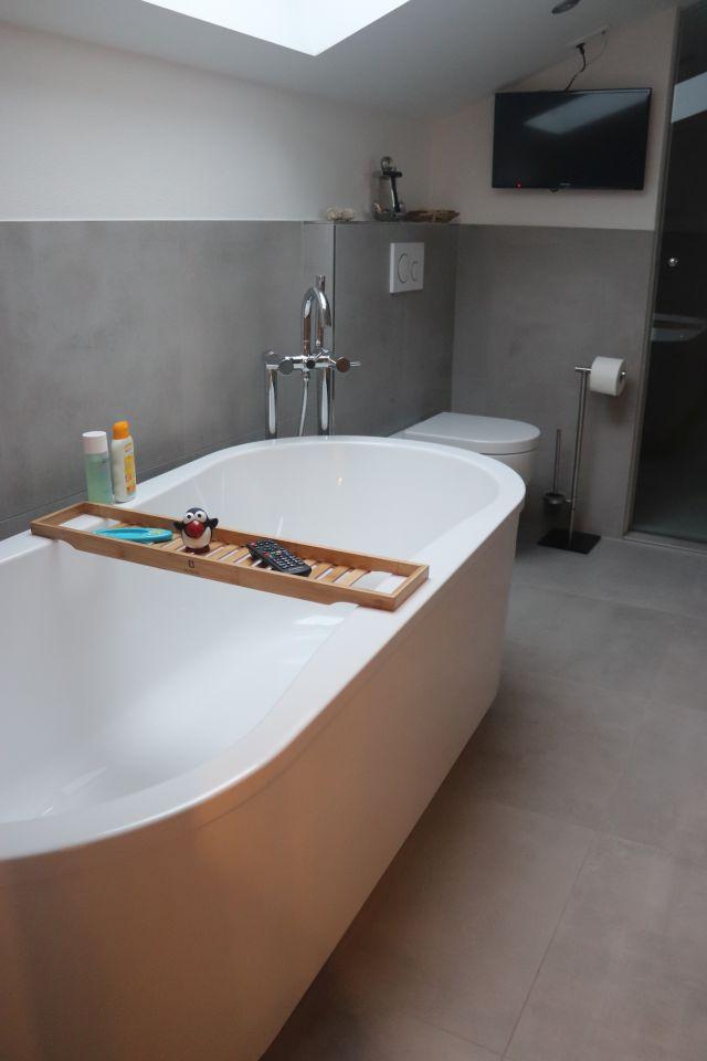 freistehende Badewanne mit Steinberg Armatur Richter WC und Fernseher Badsanierung Vilshofen